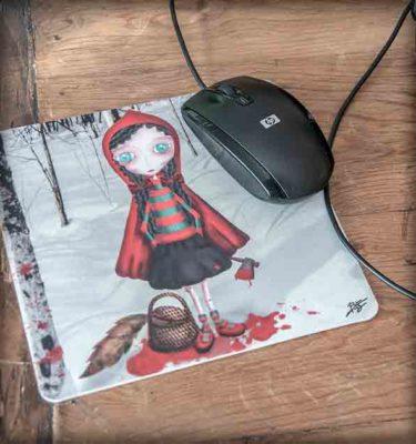 ilustración original decoración regalo alfombrilla ratón ordenador caperucita roja killer lobo cuento rojo sangre gore steampunk loca