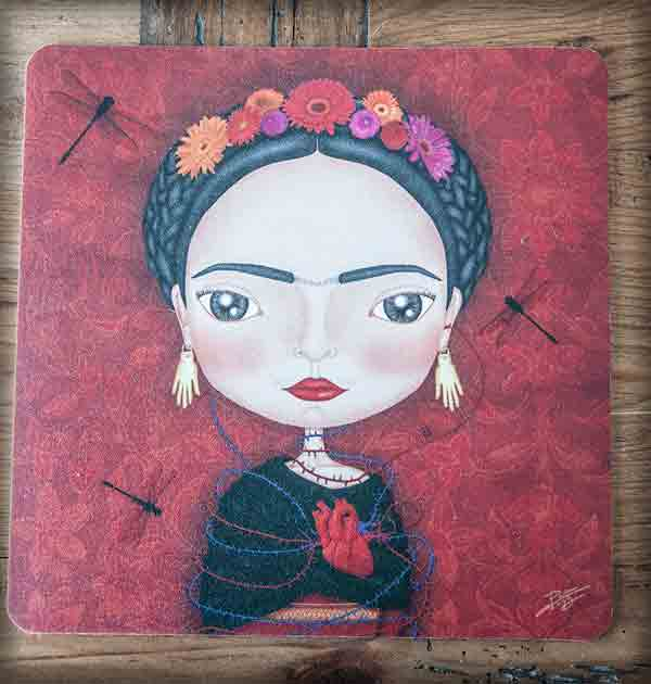 ilustración original decoración regalo alfombrilla ratón ordenador frida kahlo méxico artista pintora rojo corazón libélula flores