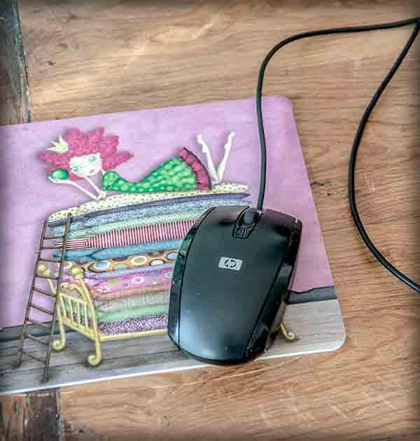 ilustración original decoración regalo alfombrilla ratón ordenador princesa guisante cuento rosa cama colchones verde