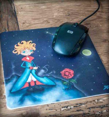 ilustración original decoración regalo alfombrilla ratón ordenador principito cuento literatura rosa azul planeta amor novela