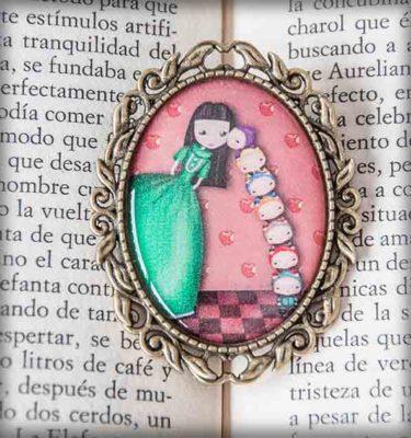 ilustración original decoración regalo broche complementos dorado blancanieves cuento infantil verde rojo manzana enanitos naif beso amor