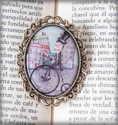 ilustración original decoración regalo broche complementos dorado cita caballero flores ciudad sombrero copa bicicleta frac