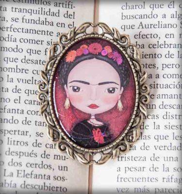 ilustración original decoración regalo broche complementos dorado frida kahlo méxico flores corazón artista