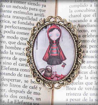 ilustración original decoración regalo broche complementos dorado caperucita killer roja hacha sangre lobo nieves cuento gótico steampunk