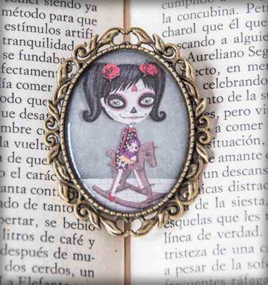 ilustración original decoración regalo broche complementos dorado niña katrina méxico caballo madera coletas día muertos gótico steampunk