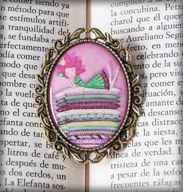 ilustración original decoración regalo broche complementos dorado princesa guisante cuento rosa infantil colchones