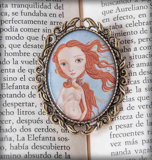 ilustración original decoración regalo broche complementos dorado venus botticelli pelirroja desnudo nacimiento primavera barco papel mar