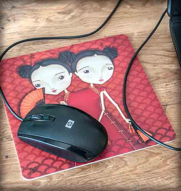 ilustración original decoración regalo alfombrilla ratón ordenador siamesas hermanas yin yang rojo japón abanico carpa oriental